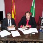 El gerente de la Fundación SSG y el alcalde de Guadalcanal firman el acuerdo.