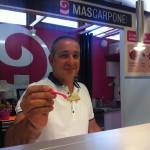 Luciano Boron muestra la crema de helado de Cazalla.