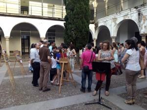 Claustro del IES El Carmen, donde se podían ver las obras ganadoras. Foto: La Plaza.