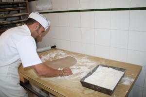 Antonio Ortega lleva quince año trabajando en la Confitería Ortiz. Foto: La Plaza