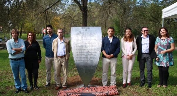 Cazalla inaugura el Proyecto Estelas con un poema de Práxedes Ortiz en Los Morales