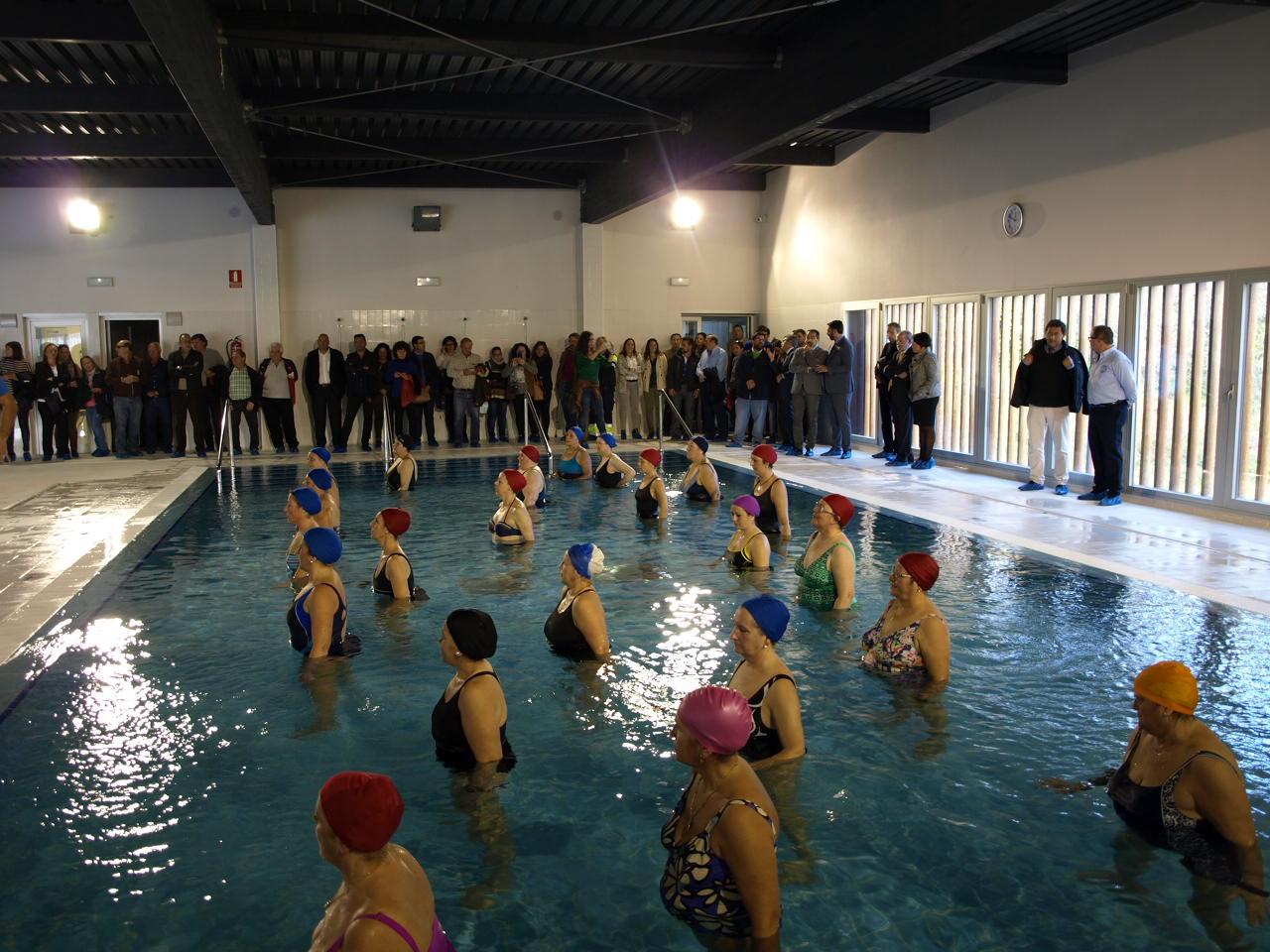 Inauguran la piscina cubierta de constantina dos a os for Piscina publica barcelona